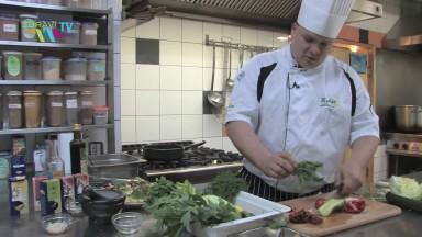 Restaurace REBIO v Brně - příprava vegetariánského salátu