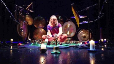 Pavel Tůma hra na tibetské mísy Olomouc